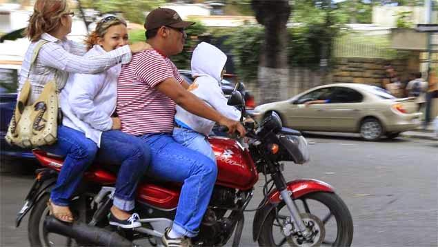 acompañantes indebidos en una motocicleta