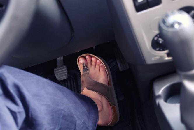 manejar con sandalias