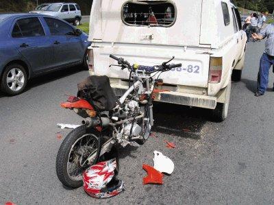 manejando moto cerca de un carro