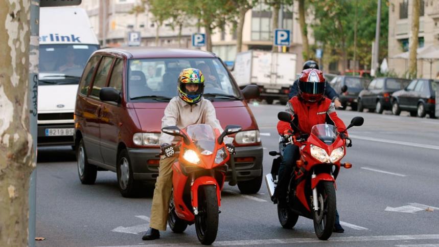 moto a un lado en un semaforo