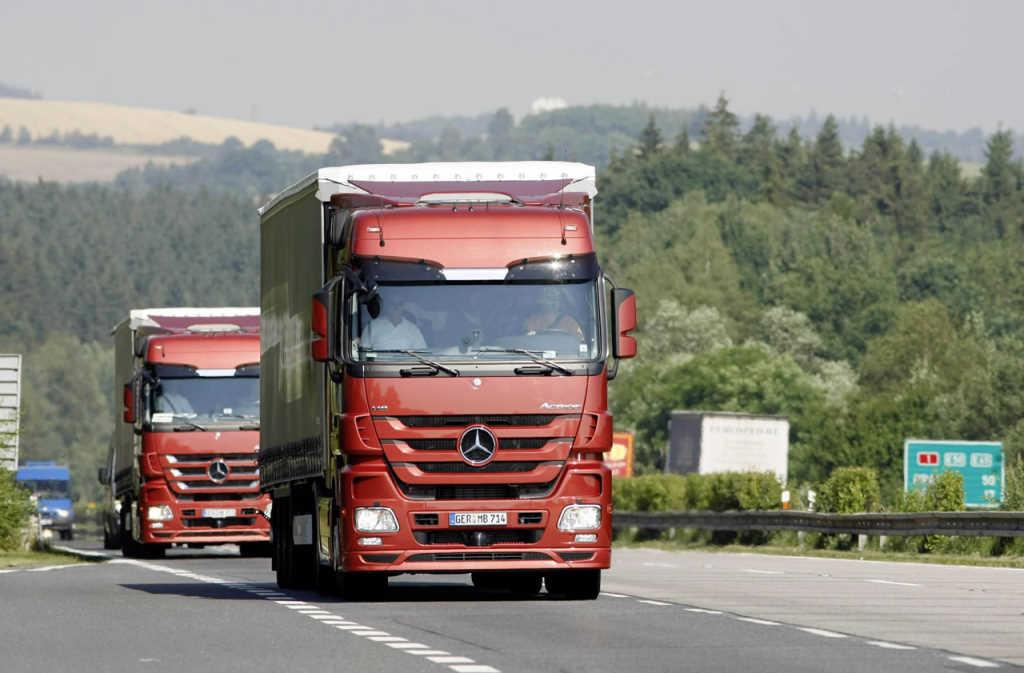 Photo of Daimler equipa a los Mercedes Actros con dirección y frenos automatizados