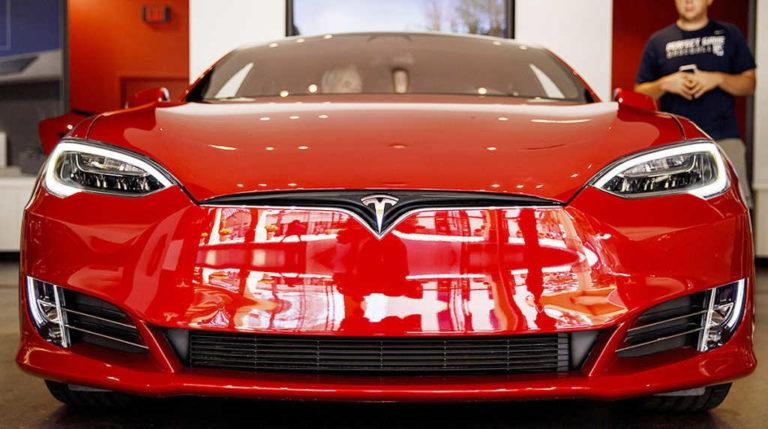 Tesla impulsará autos más económicos, venderá en línea y cerrará sus tiendas