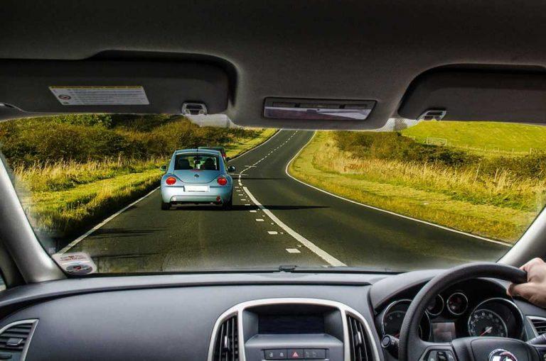 Cómo mantener una distancia de seguimiento segura mientras se conduce