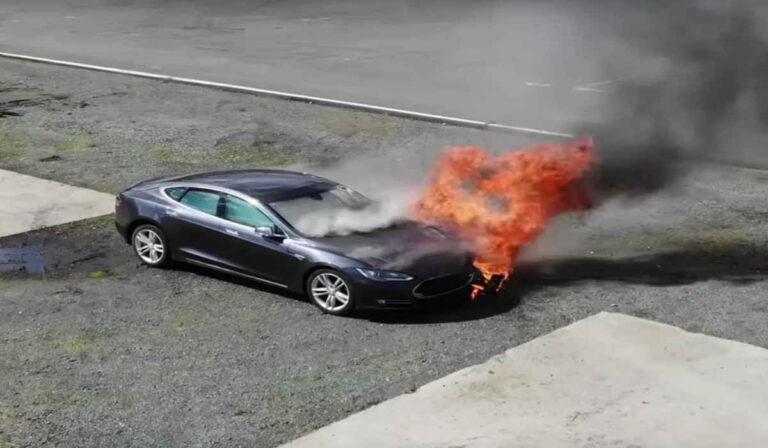 Esto es lo que pasa cuando un coche eléctrico se incendia